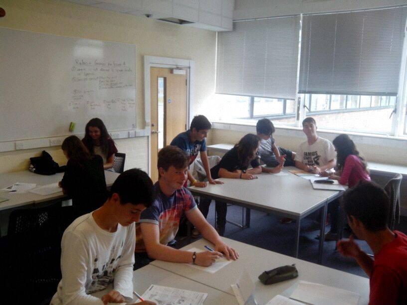 El curso consta de 20 clases semanales de inglés para niños y adolescentes